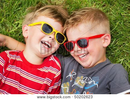 Irmãos a sorrir