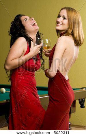 zwei schöne Mädchen in rot mit cognac