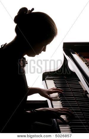 Mädchen Klavier spielen