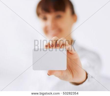 negócios, escritório, conceito de propaganda - cartão em branco de empresária apresentando