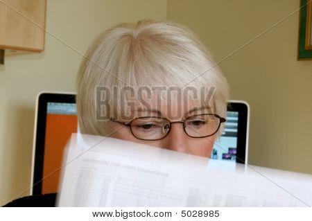 Mulher lê a notícia