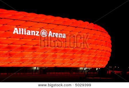 La iluminación colorida del Allianz Arena de Munich