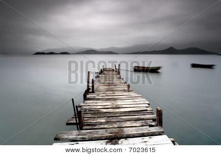 Suchen Sie über einem desolaten Peer und ein Boot