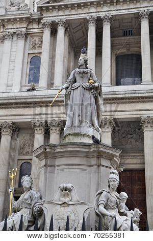 LONDON, UK - JULY 6, 2014: Queen Victoria monument in front of St. Pauls cathedral