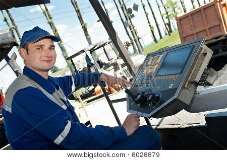 junge Paver Worker bei Asphaltierung Werke