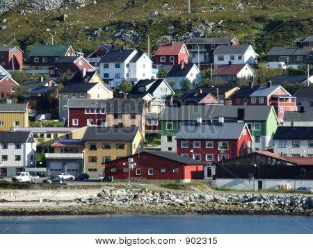 Pintoresco pueblo de puerto en Escandinavia