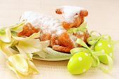 picture of spring lambs  - traditionell Easter lamb cake - JPG