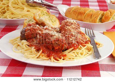 Spaghetti und Knoblauch-Toast