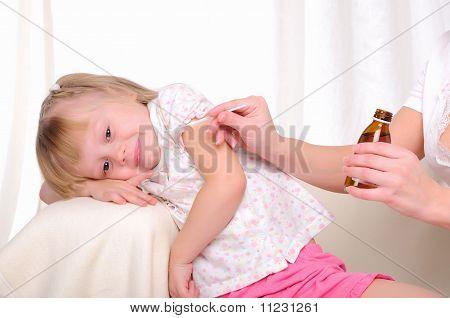Kleine Mädchen trinken Hustensaft