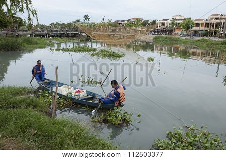 Vietnamese cleaners cleaning Hoai river from wastes