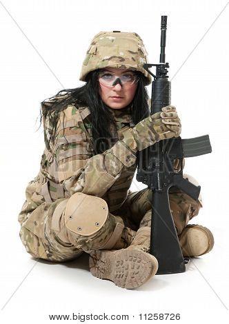 Menina bonita do exército com Rifle
