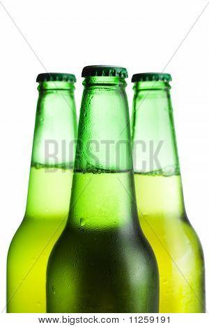 Tres botellas de cerveza verde, aislados en blanco