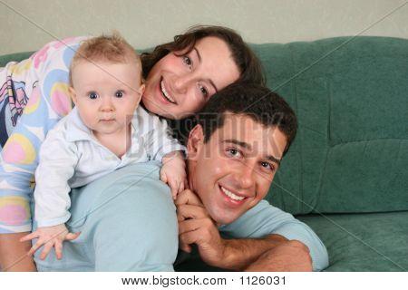 Familia con bebé en sofá 2