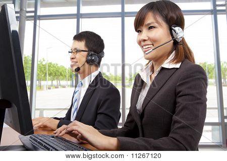 representante de serviço ao cliente no escritório moderno