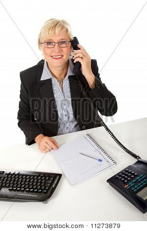 Attraktive Middle Aged geschäftsfrau im Büro
