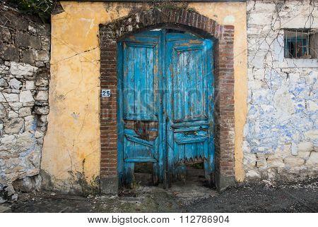 Vitnage Blue Closed Damaged Door