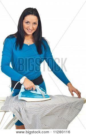 Sonriente, planchar una camisa
