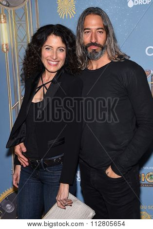 LOS ANGELES - DEC 09:  Lisa Edelstein & Robert Russell arrives to the Cirque du Soleil's