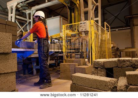 Carregador de fábrica no trabalho