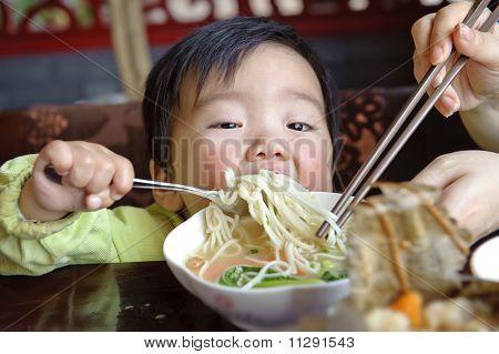 Un lindo bebé está comiendo