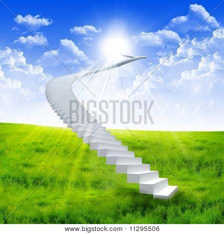 Escada branca, estendendo-se para um céu brilhante