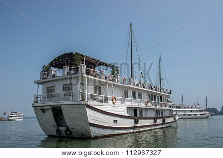 Sailing on Ha Long Bay