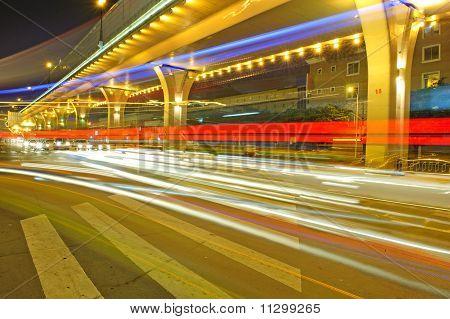 Vehículos de alta velocidad en vías urbanas debajo de puente