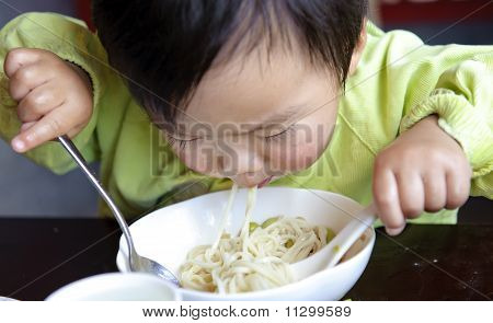 Un bebé comer