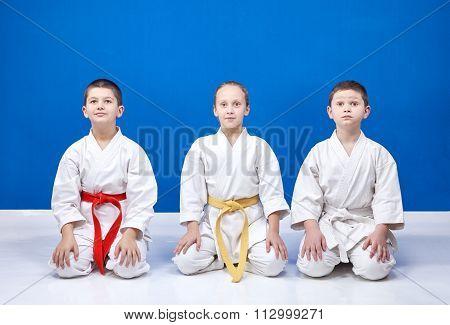 Sportsmens in karategi sit in positions of karate