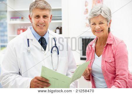 Arzt mit weiblicher patient
