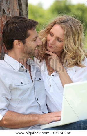 homem e mulher num parque