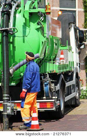 Mann bei der Arbeit mit Kanalisation