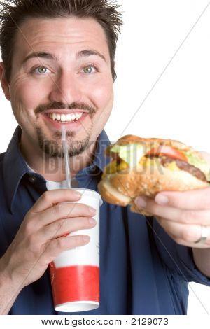 Homem comendo Fastfood