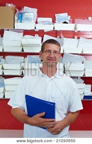 Dentista delante de un estante