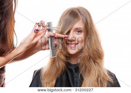 Toma de estudio de la mujer sonriente y peluquería. fondo blanco