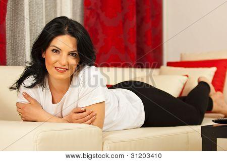 Mulher atraente, deitado no sofá