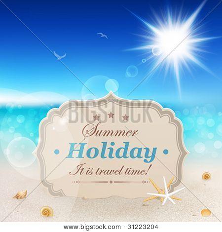 Praia bela vista com cartão vintage, areia e conchas.