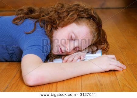 Sie Mädchen mit Tagebuch schlafen