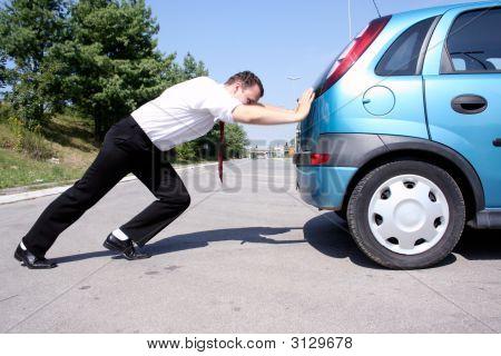 Unternehmer, die ein Auto schieben
