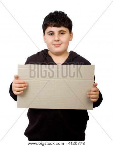 Menino segurando papelão