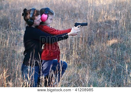 Mãe e filha praticando tiro