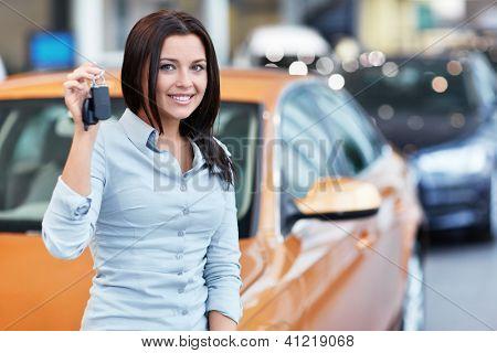 Linda garota com as chaves do carro