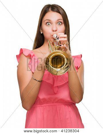 Junge Frau bläst Trompete auf weißem Hintergrund