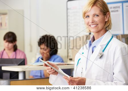 Doctora con tableta Digital en la estación de enfermeras