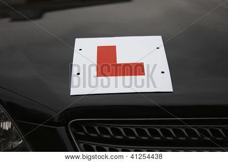 Rote Lernenden Treiber Symbol auf einer Auto-Kapuze