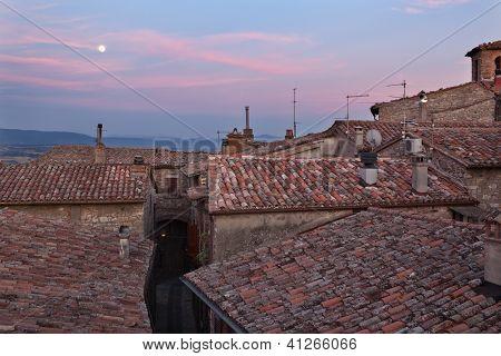Lua cheia e telhados vermelho-azulejos de terracota, Umbria