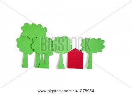 Corte de papel salidas de árboles con una casa residencial sobre fondo blanco