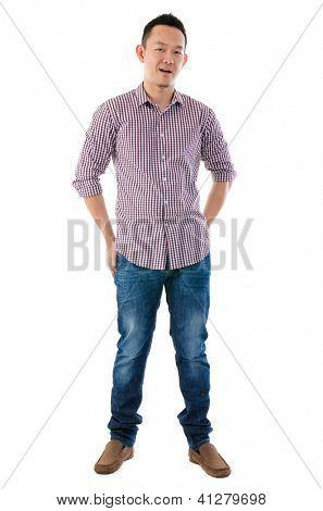 Vista frontal corpo inteiro asiáticos homem isolado no fundo branco