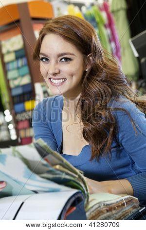 Retrato de mujer joven hermosa con muestras en tienda