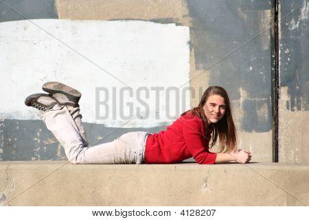 Mädchen gegen Beton